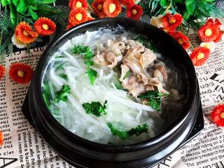 白萝卜羊肉汤,白萝卜羊肉汤是一道快手汤菜,清淡适宜,非常适合寒冷的冬天食用,羊肉香嫩,萝卜丝爽口,低盐无油,没有任何香料,这是一道非常健康的菜品,老少皆宜~