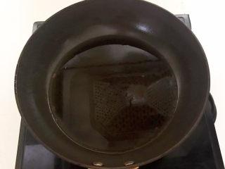 酸奶鸡蛋饼,炒锅烧热后刷一层玉米油