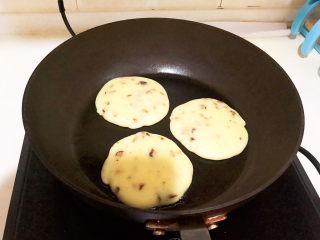 酸奶鸡蛋饼,小饼鼓起来了,用筷子压一下,很快就弹起来,就熟了