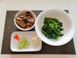 猪肝菠菜汤,菠菜焯水后切段  葱蒜切片 红尖椒切小圈