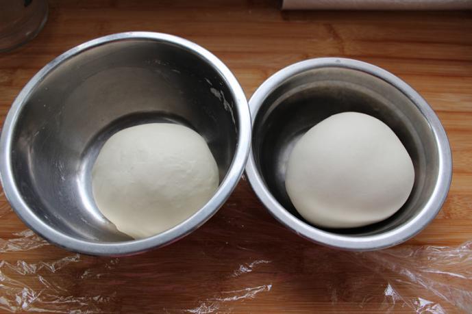 香酥的手抓饼,500克面粉平均分成2份,一份加开水,一份加温水。搅成絮状,再和成面团。