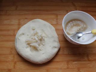 香酥的手抓餅,每一份面團取10克豬油膏揉勻,不粘手為止。包上保鮮膜醒40分鐘左右。
