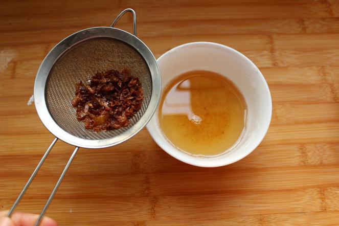 香酥的手抓饼,用猪油加些葱头爆香,晾凉备用。(没用葱头直接用猪油化开)