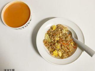 1周宝宝辅食:牛肉碎蛋炒饭,好了,装入碗中可以吃了。