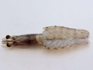 金蒜粉丝蒸海虾,再用刀把虾肉切到底部,不要把虾皮切断。