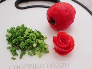 金蒜粉丝蒸海虾,这个时候把小香葱洗净用刀切碎,番茄切皮做成小花朵。