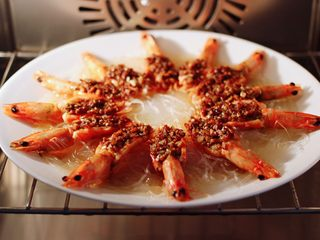 金蒜粉丝蒸海虾,鲜美无比的蒜末粉丝蒸海虾就蒸熟了。