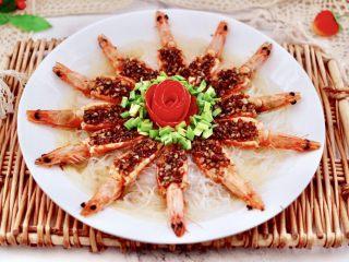 金蒜粉丝蒸海虾,把番茄小花朵放入盘子正中间,边上撒上小葱花即可。