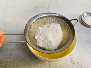 酸奶鸡蛋饼,面粉过筛一遍
