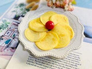 酸奶鸡蛋饼,码入盘中