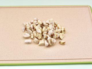 板栗小米糊,把去皮的板栗用刀切成小丁,这样打的米糊会更加细腻柔滑。