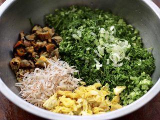 茴香海虹鸡蛋饺子,取一个大一点的盆,放入切碎的茴香和葱末,炒熟的鸡蛋和虾皮,再放入切碎的海虹肉。