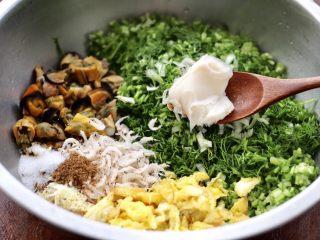 茴香海虹鸡蛋饺子,最后加入猪油。