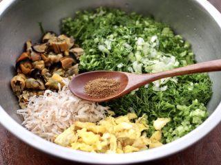茴香海虹鸡蛋饺子,加入花椒粉提香。