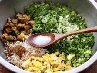 茴香海虹鸡蛋饺子,再放入适量的盐调味。