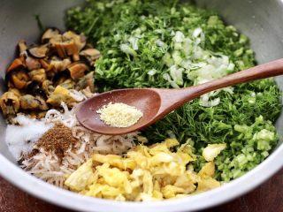 茴香海虹鸡蛋饺子,加入鸡精提鲜调味。