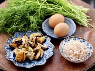茴香海虹鸡蛋饺子,把饺子馅的食材先备好,茴香摘洗干净,海虹肉提前从冰箱取出解冻。