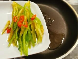 素毛肚,起油锅  加入食用油  加热  放入红尖椒和青椒