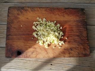 避风塘茄子,大蒜去皮去蒂,切蒜末备用。