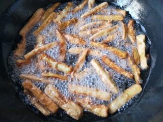 避风塘茄子,再复炸一下,时间不可过长,然后沥油捞出备用,或用吸油纸吸一下油。