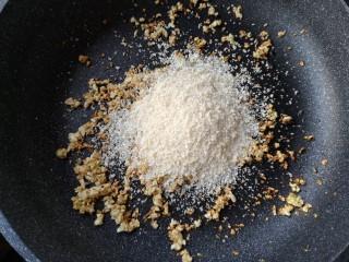 避风塘茄子,加入适量面包糠。