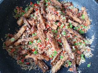 避风塘茄子,出锅前加一点白糖和鸡精提味,翻炒均匀即可。