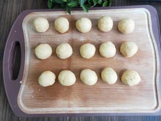 奶香花生酥饼,分成小剂子揉成团。