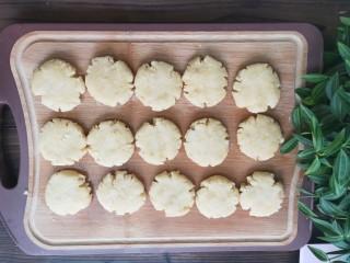 奶香花生酥饼,用铲子或者手压成饼。