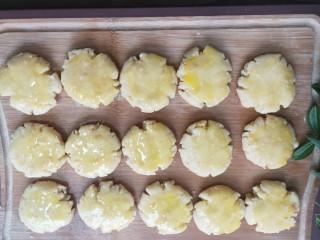 奶香花生酥饼,接着刷上蛋液。
