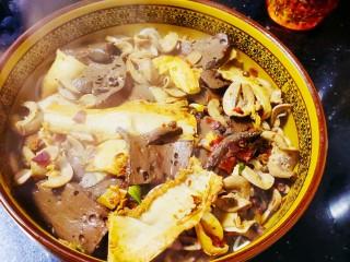 毛血旺,用细点的漏勺将鸭血、猪腰花和牛肚捞出放在碗的上方