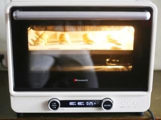 吃一次就爱上的蔓越莓恐龙蛋,推入预热好的烤箱,180度烤25分钟即可。