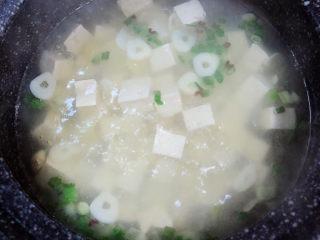 花蛤豆腐汤,烧开锅后,加入豆腐,大火烧开锅。