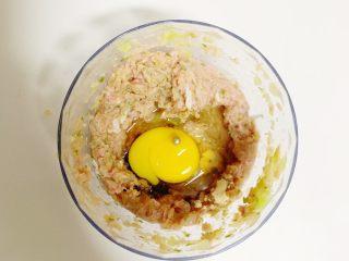 1岁➕宝宝辅食:好吃的牛肉饺子,打人一个鸡蛋,放适量的盐、酱油、自制宝宝味精(没有不放)再加点香菇粉,滴几滴香油。