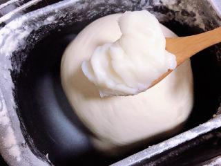 梅干菜烧饼,放入一大勺猪油。继续揉面。