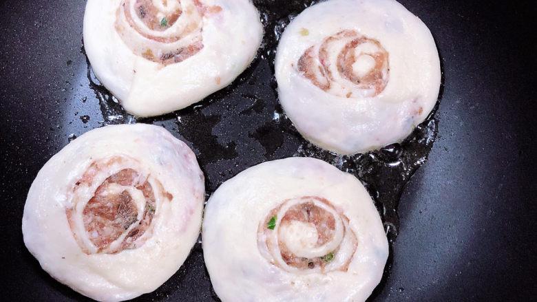 梅干菜烧饼,锅中放入少许油,将面饼放入平底不粘锅中。
