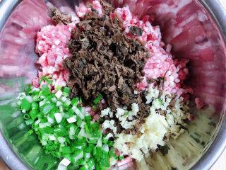 梅干菜烧饼,将梅干菜、葱姜切碎放入肉馅中。