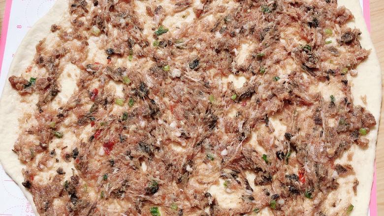 梅干菜烧饼,将肉馅儿均匀平铺在面饼上。