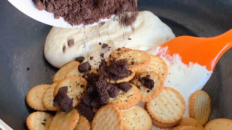 网红奥利奥雪花酥,加入小饼干、奥利奥饼干碎
