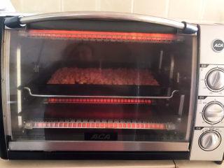 盐焗花生米,烤箱预热5分钟后把烤盘放入烤箱,上下火200w,烤15分钟