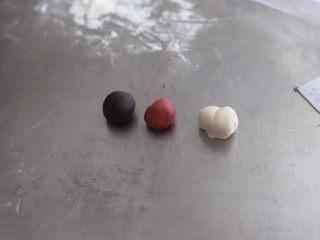可妮兔馒头,揉好的面团分出20克加一丢丢黑可可粉揉成黑色面团,15克加一丢丢红曲粉揉成红色面团,分出30克白色面团做耳朵,太干可加入少许配方奶和水