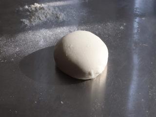 可妮兔馒头,酵母倒在配方奶中搅拌至溶解,加糖继续搅拌均匀。一次性倒入面粉中,用筷子搅拌成絮状,用手揉成光滑的面团。