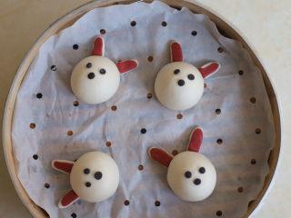 可妮兔馒头,取绿豆大小的黑色面团揉成圆形,分别作兔子的耳朵和鼻子