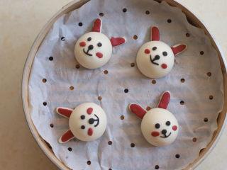 可妮兔馒头,取少许红色面团当作兔子腮红,将馒头发酵至原来的1.5倍大
