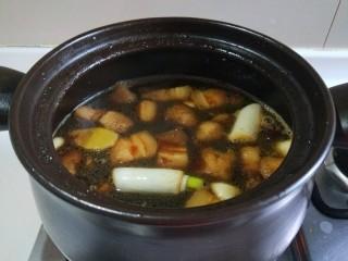 干豆角红烧肉,加入适量水大火烧开转小火。