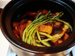 干豆角红烧肉,我加入几颗香菇。