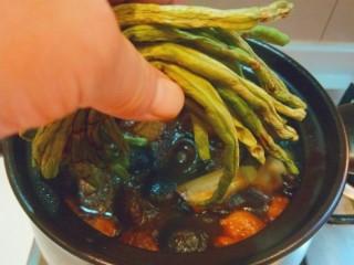 干豆角红烧肉,不要切,整根放入锅中。