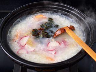 海蝦皮蛋蘿卜粥,再放入水蘿卜片和皮蛋丁。