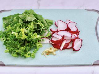 海蝦皮蛋蘿卜粥,把水蘿卜洗凈后,蘿卜切薄片,蘿卜葉切段,小苔菜洗凈后切碎備用。