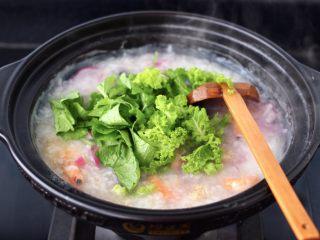 海蝦皮蛋蘿卜粥,大火煮開后,放入蘿卜葉和小苔菜。