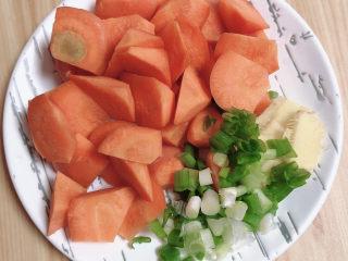 香菇蒸排骨,胡萝卜滚刀切块儿、葱姜切好待用。